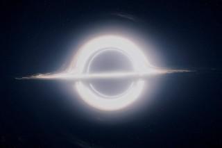 영화 '인터스텔라'는 킵 손 캘리포니아공대 교수의 도움을 받아 컴퓨터 그래픽으로 재구성한 빛나는 블랙홀을 관객에서 선보였다. 반짝이는 테두리는 블랙홀 뒤편의 빛이 '중력렌즈' 현상에 의해 왜곡되며 생겼다.  - 워너브러더스코리아 제공